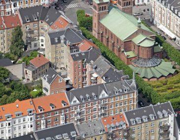 Sankt Pauls Kirke ligger for enden af M. P. Bruunsgade i Aarhus (Århus). Den er en af de få kirker der ikke har tårnet vendt mod vest, men derimod mod nord; Det skyldes at etatsråd M. P. Bruun, som skænkede grunden til kirken stillede som betingelse at den vendte ansigtet mod byen. Den er opført 1884–87.